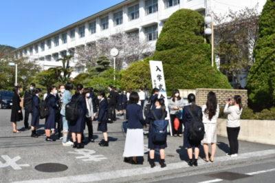 校門前の記念撮影